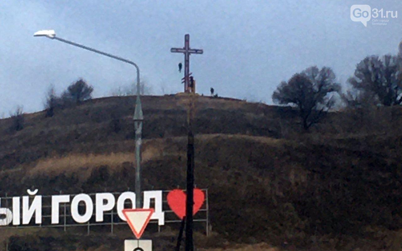В российском Белгороде мужчина повесился на памятнике-кресте