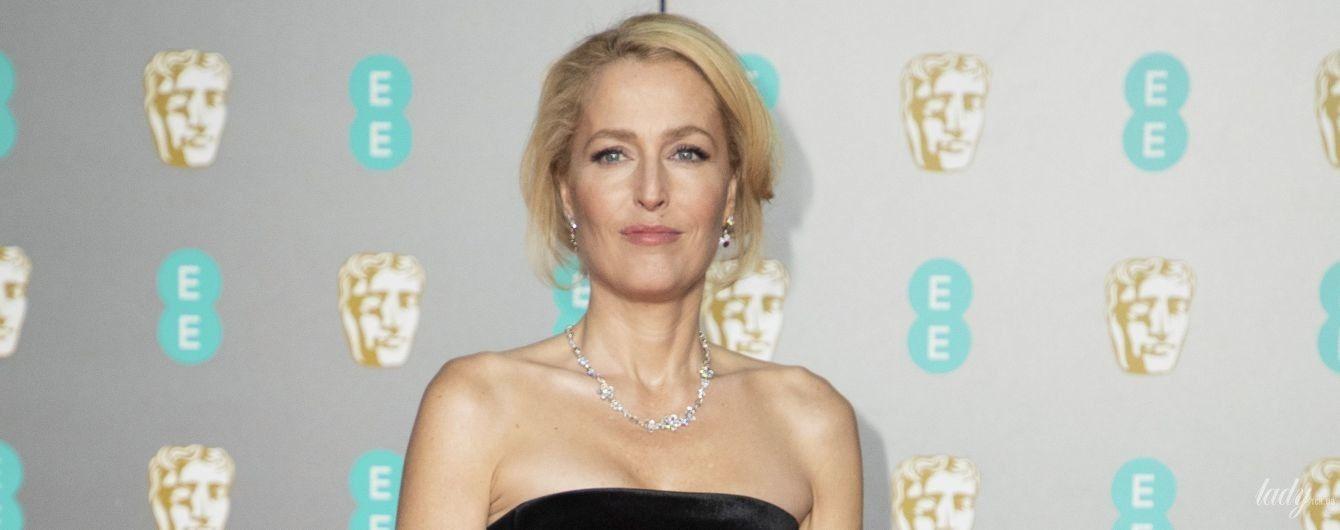 В бархатном платье-бюстье и с алым педикюром: элегантная Джиллиан Андерсон на BAFTA-2020