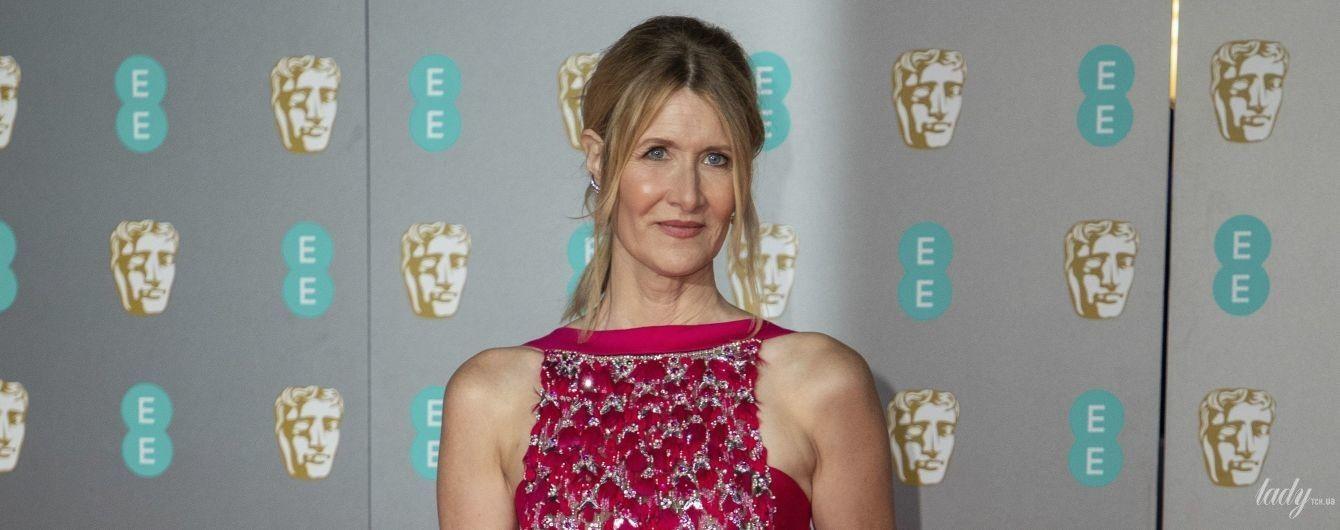 У червоній сукні і зі статуеткою: Лора Дерн в ефектному аутфіті позувала на премії BAFTA