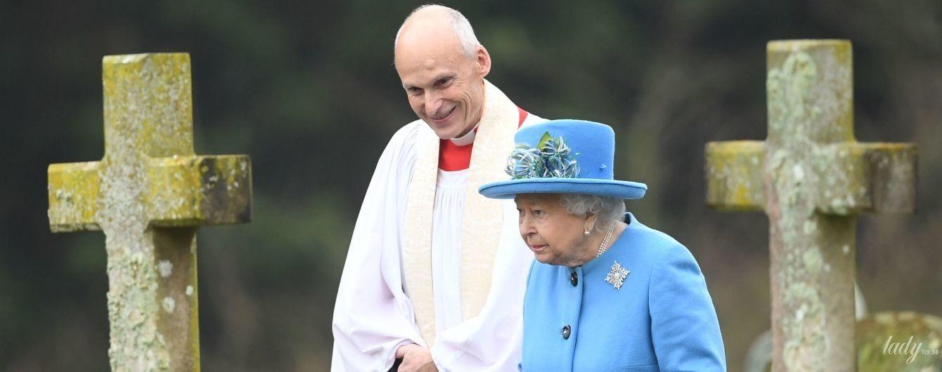 В шляпке со стразами и с бриллиантовой брошью: королева Елизавета II прогулялась по кладбищу