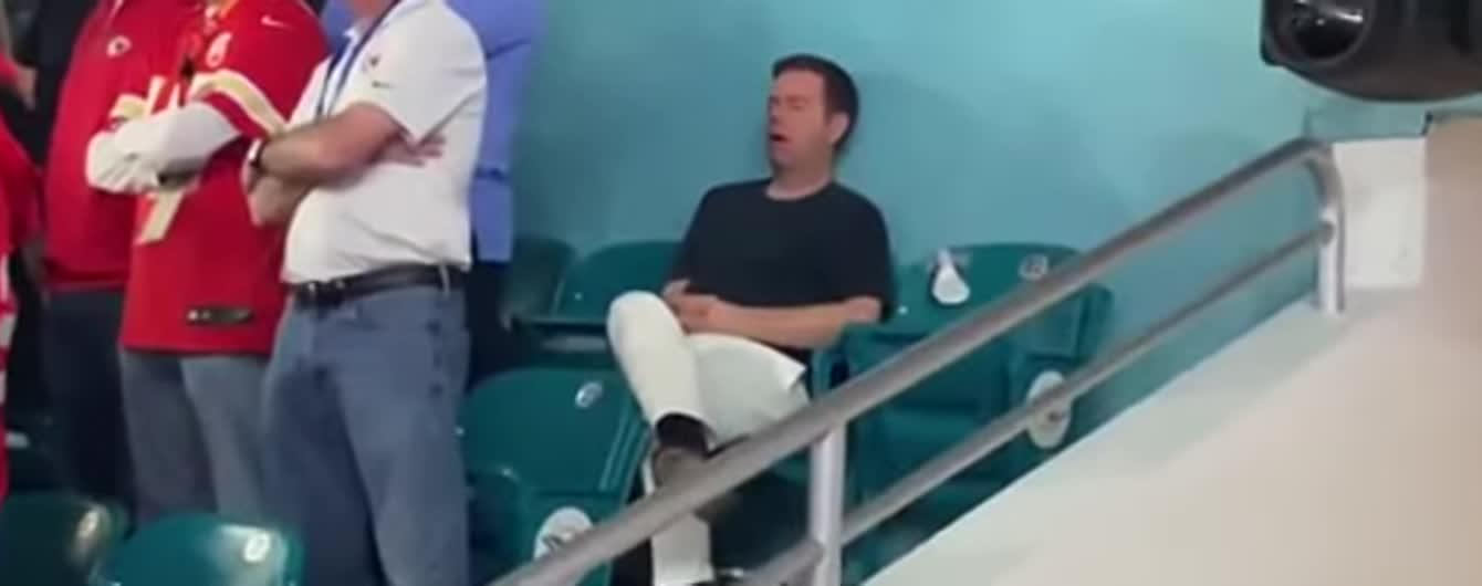 Фанат заснув під час Супербоулу-2020 і став легендою соцмереж