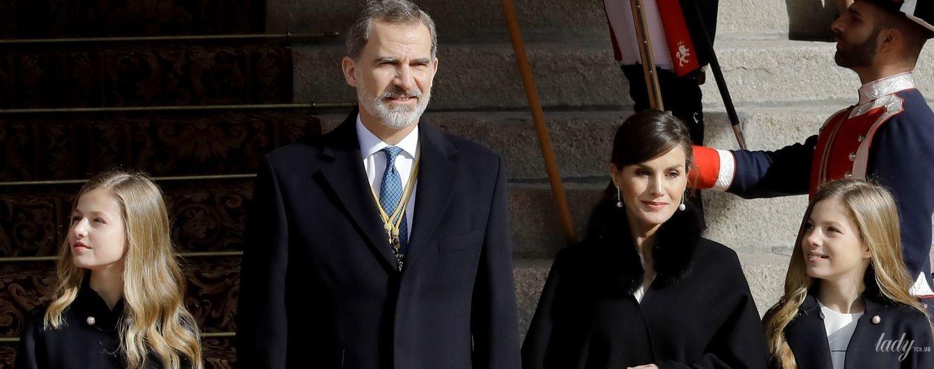 В белом платье и черном кейпе: королева Летиция на торжественной церемонии