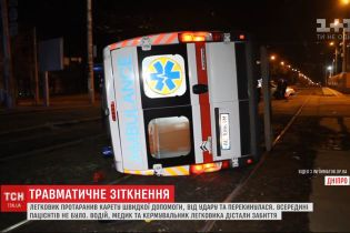 Легковик протаранив карету швидкої допомоги у Дніпрі, є травмовані