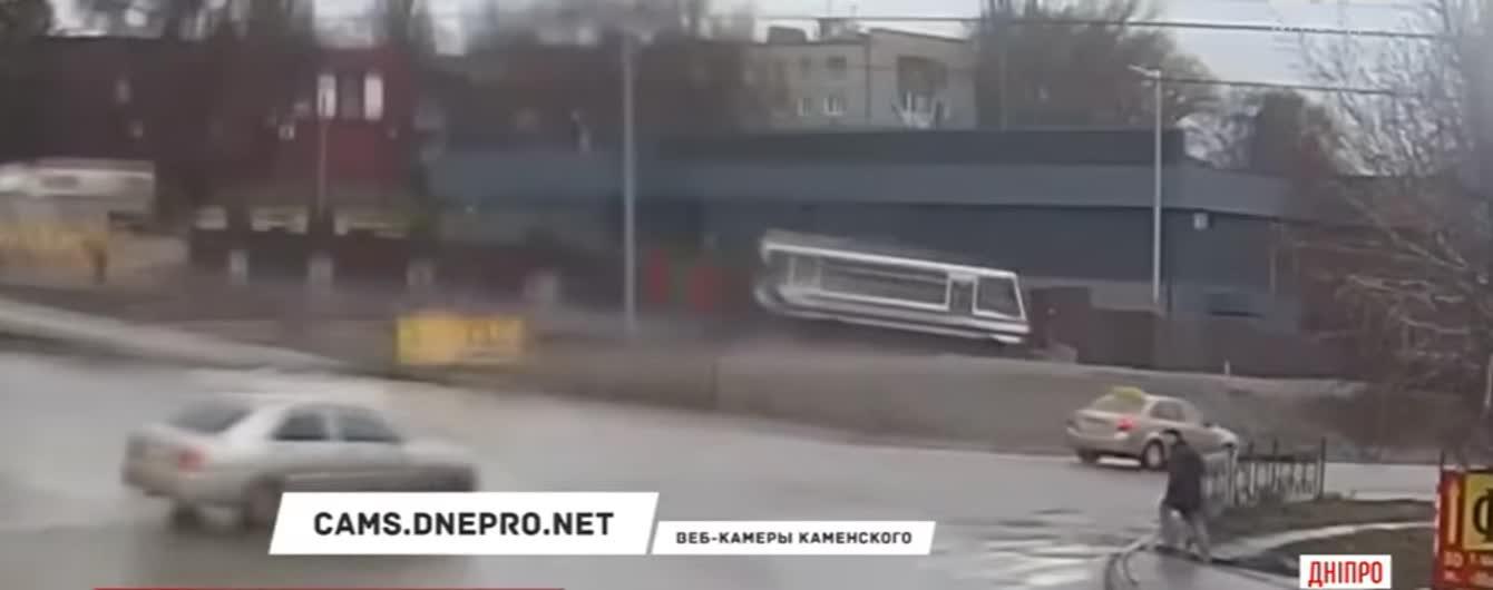На Днепропетровщине ребенок на ходу выпрыгнул из неуправляемого автобуса, за рулем которого умер водитель. Видео