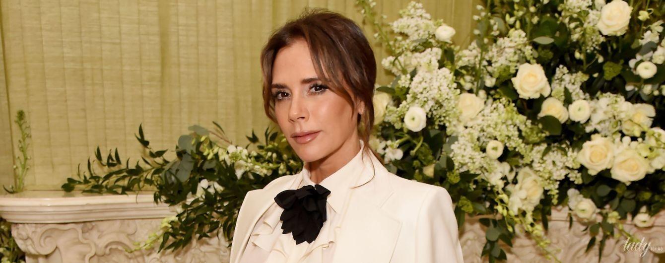 В белом костюме и блузке с жабо: стильная Виктория Бекхэм на вечеринке в Лондоне