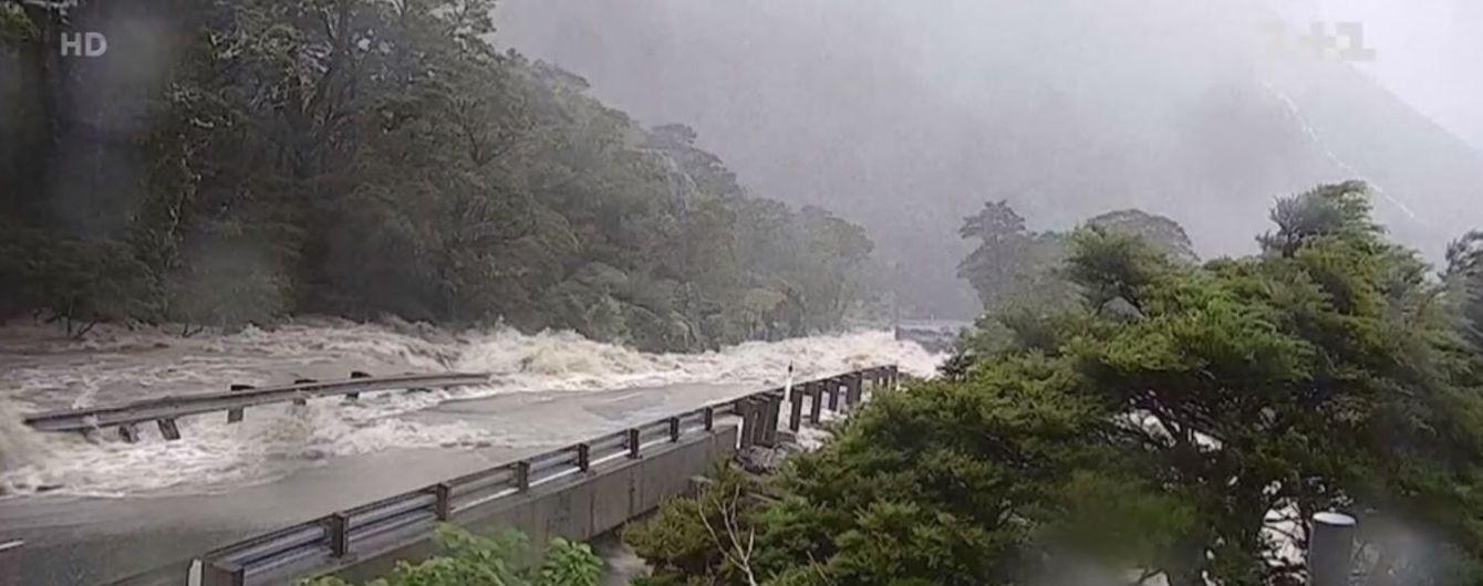 В Новой Зеландии из-за наводнения туристы застряли в горах: им сбрасывают еду и воду с вертолетов