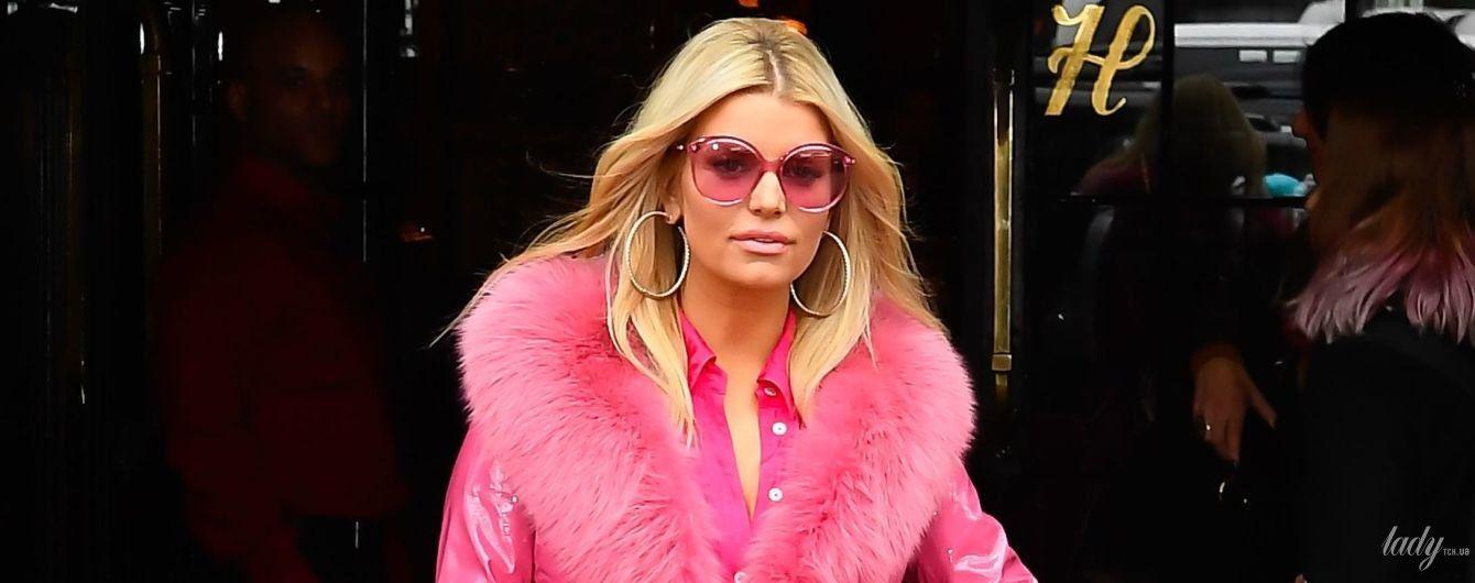 Наче Барбі: гламурна Джессіка Сімпсон у всьому рожевому вийшла в світ