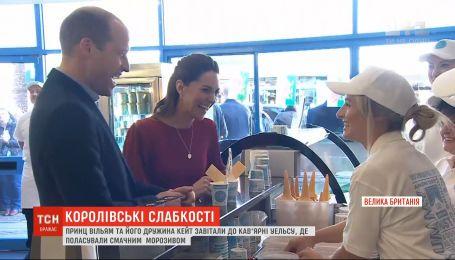 Принц Уильям и его жена Кейт посетили кафе Уэльса, где полакомились мороженым