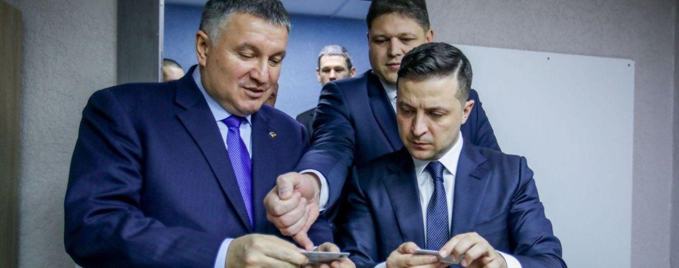 Отныне в Украине можно получить квалифицированную электронную подпись на ID-карте. Первой ее оформил Зеленский