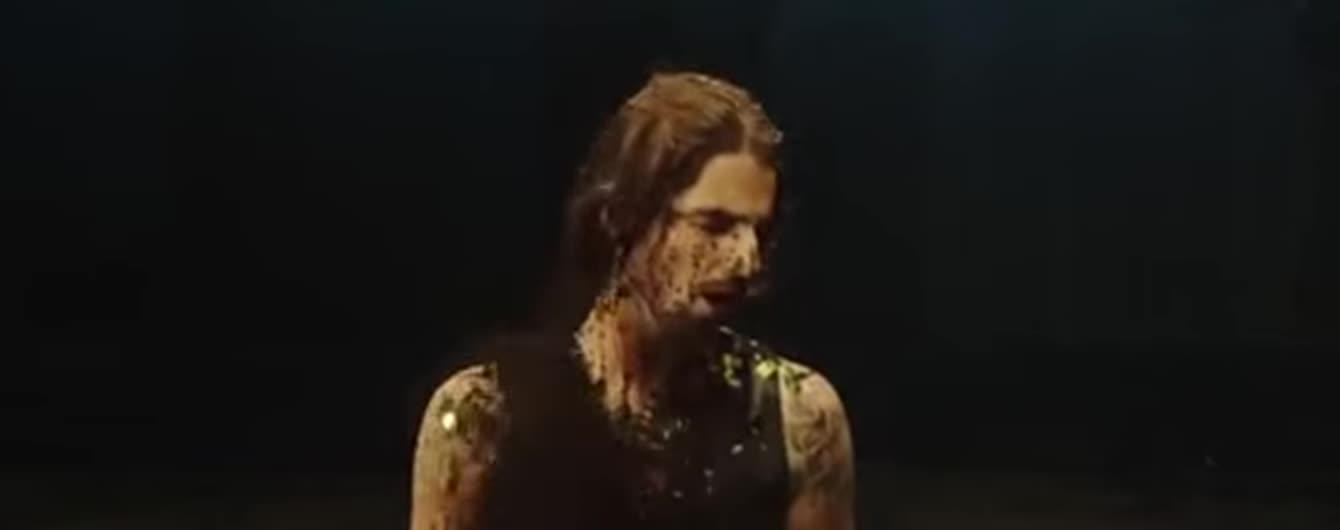 Избитого женщинами Дантеса в новом клипе обсыпали землей и макаронами