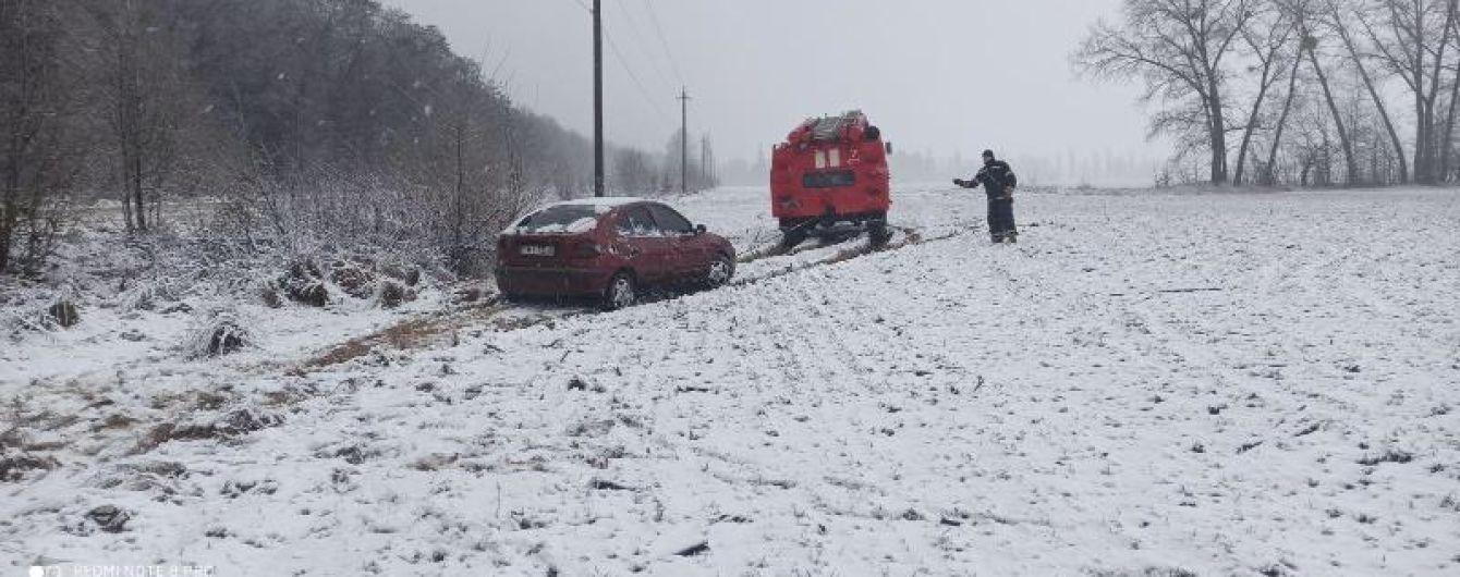 Гололедица, метель и летняя резина спровоцировали почти 500 аварий на украинских дорогах