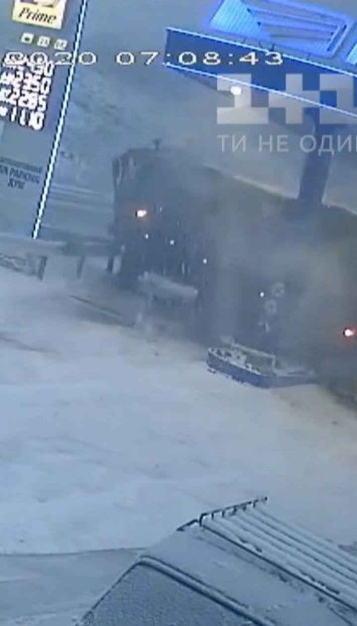 Поблизу Харкова вантажівка на повній швидкості влетіла в заправку