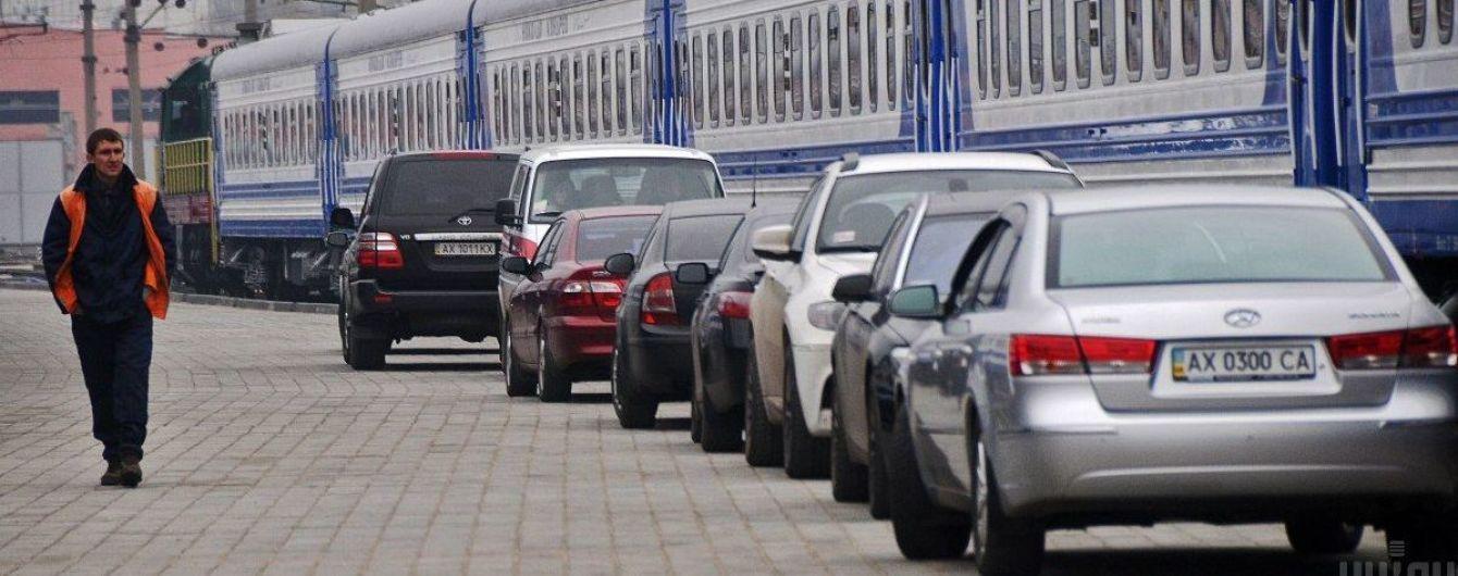 """Выяснилось, сколько машин путешествовало """"Укрзализныцей"""" в 2019 году"""
