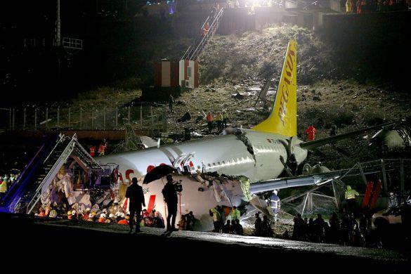 Літак Pegasus розбився в аеропорту Стамбула_07
