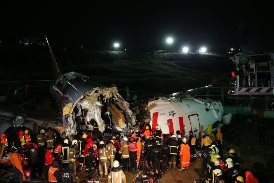 Впав із 30-метрової висоти і розвалився на шматки. Аварія літака у Стамбулі у фото та відео