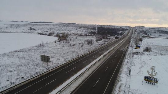 Через сильний снігопад на Одещині обмежили рух для вантажівок