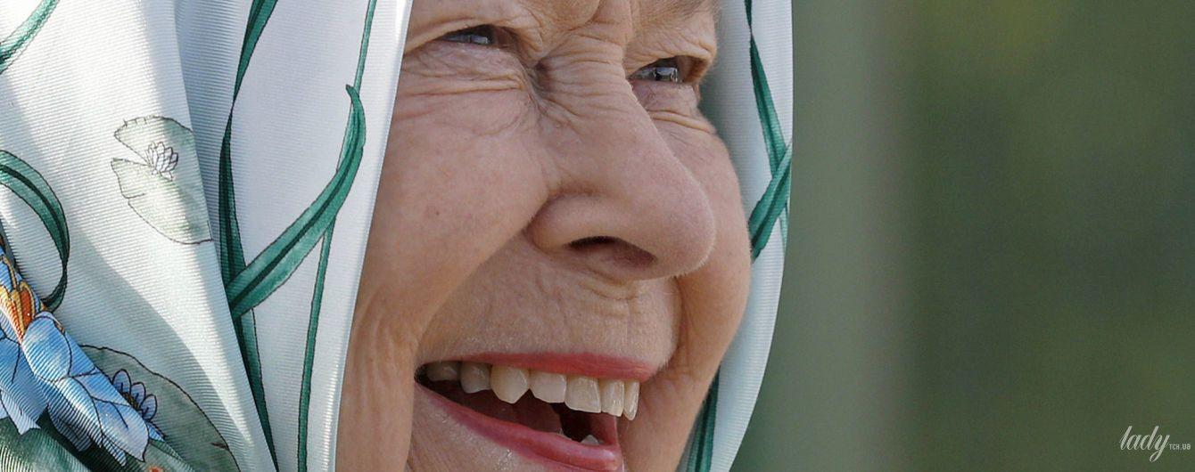 Не така, як завжди: королева Єлизавета II вийшла у світ в пальті незвичайного крою та хустці замість капелюха