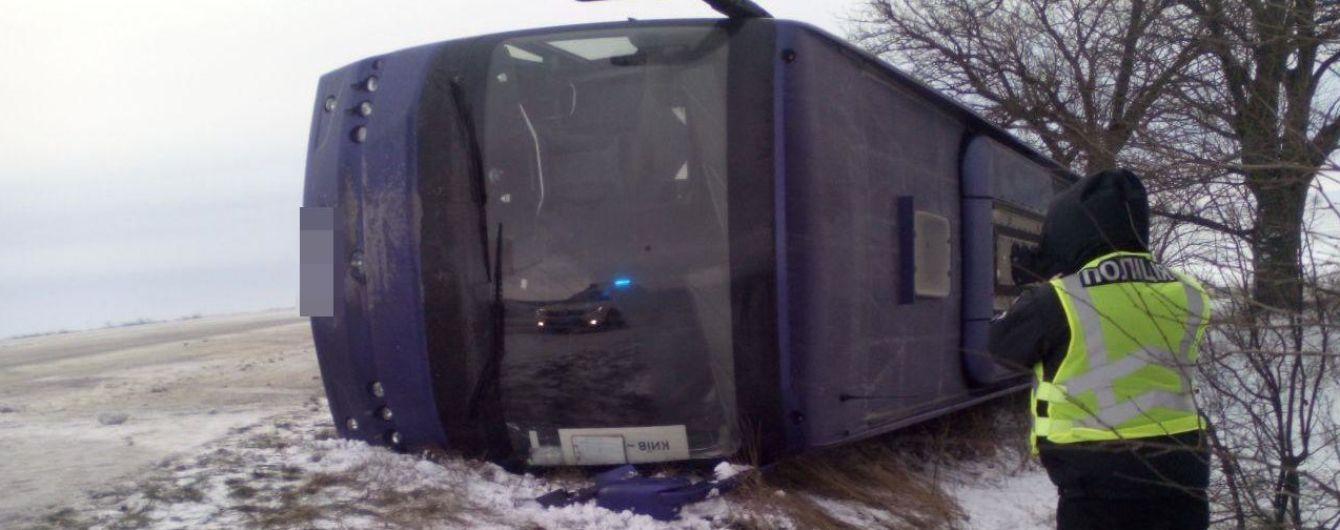В Одесской области из-за скользкой дороги пассажирский автобус перевернулся в кювет