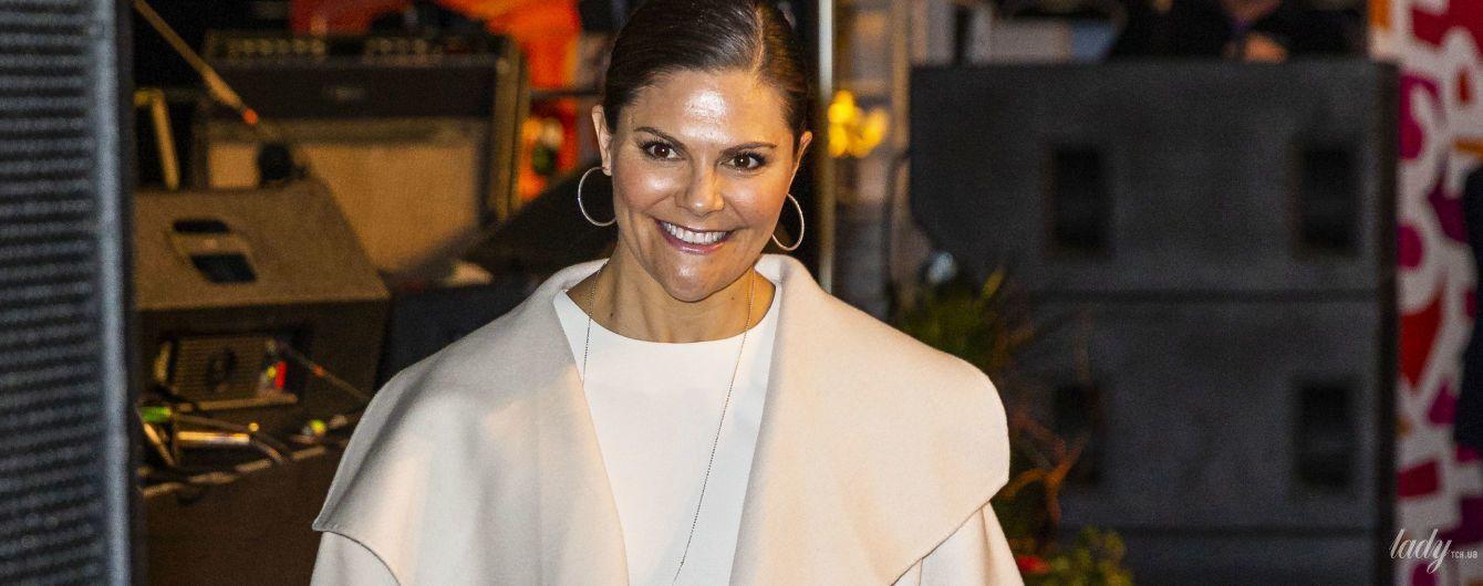 У молочному пальті та коротких штанах: кронпринцеса Вікторія стала гостею фестивалю