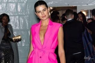 Без бюстгальтера: Изабель Фонтана в костюме цвета фуксии посетила гала-ужин