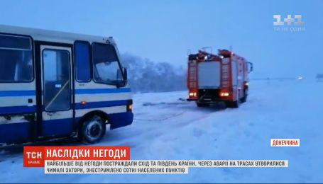 Через негоду в Україні понад 100 населених пунктів залишилися без електропостачання