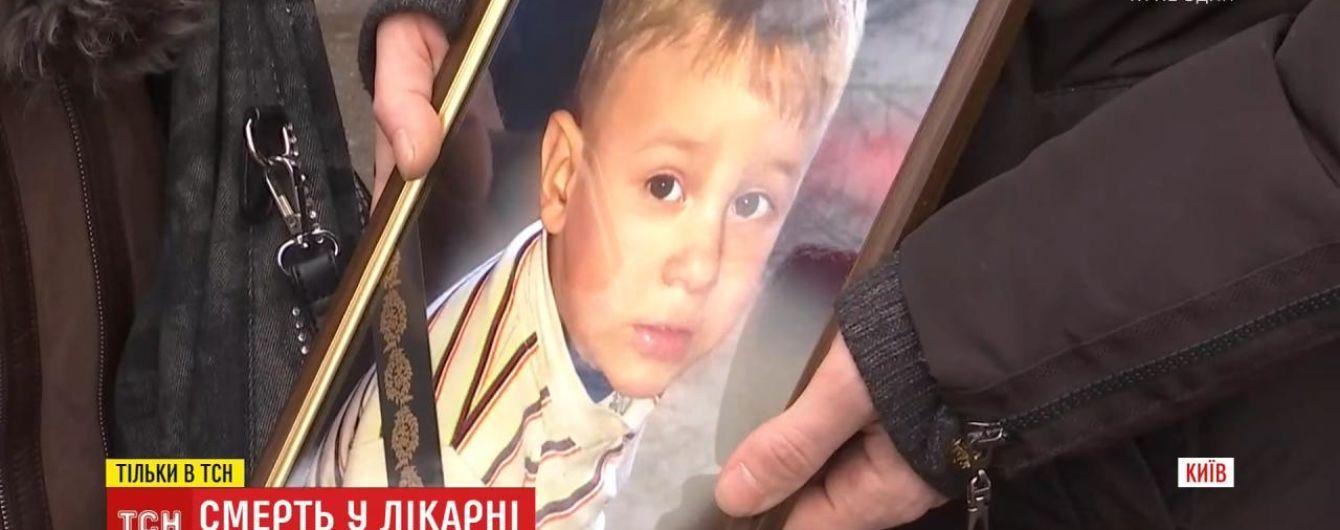 У Києві 2-річна дитина померла під час гастроскопії. Батьки звинувачують лікарів
