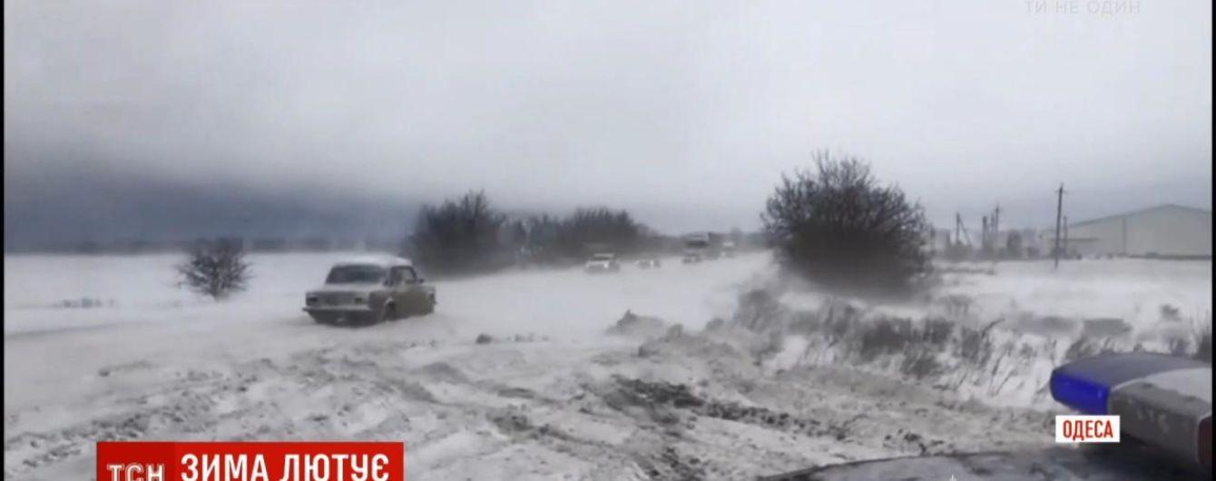 """Аварии и сугробы на дорогах, обесточенные села и поваленные деревья: циклон """"Петра"""" бушует на юге Украины"""