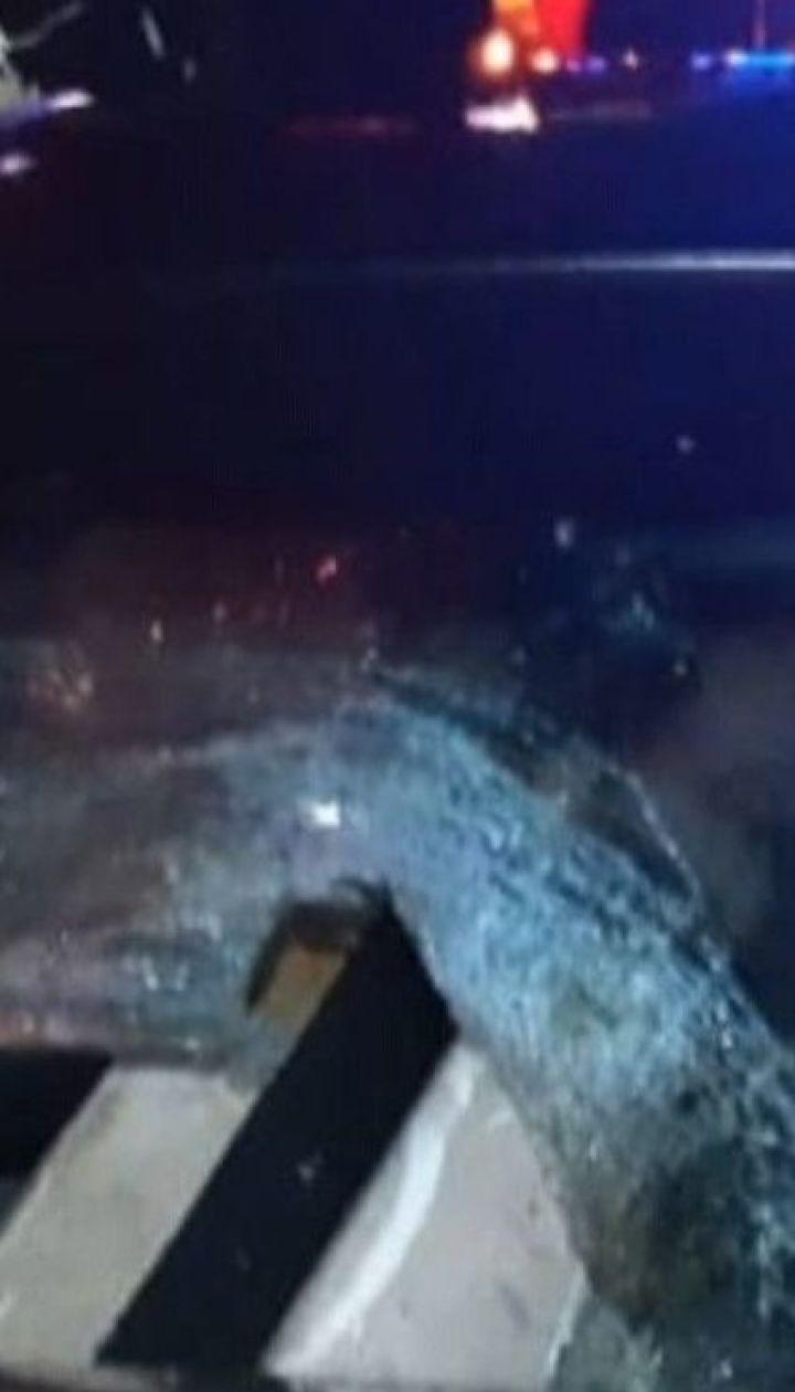 Під Миколаєвом металевий відбійник простромив автомобіль і вбив пасажирку на задньому сидінні