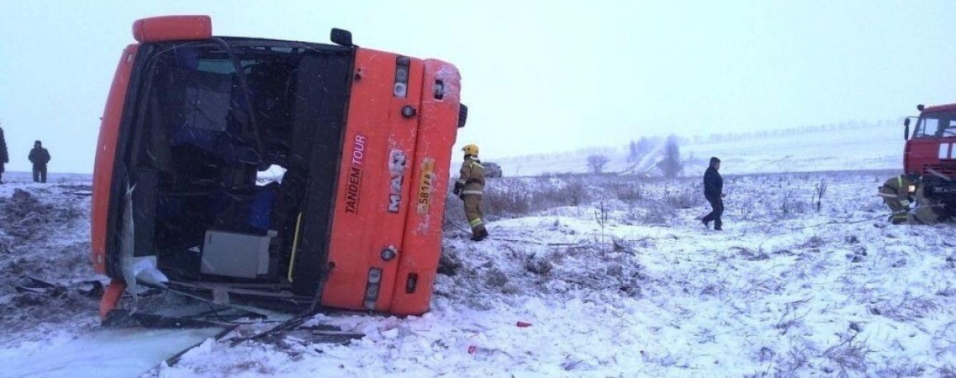 В ОРДЛО вылетел с трассы и перевернулся пассажирский автобус: есть жертвы, много пострадавших