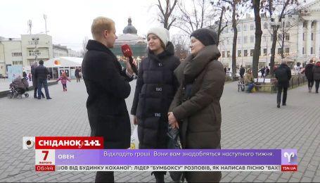 """За що українці вдячні своїм батькам – опитування """"Сніданку"""""""