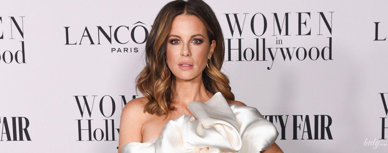 В білій сукні з темним манікюром: красивий вихід Кейт Бекінсейл