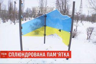Поліцейські Луганської області затримали чоловіка, який розтрощив пам'ятник українському стягові