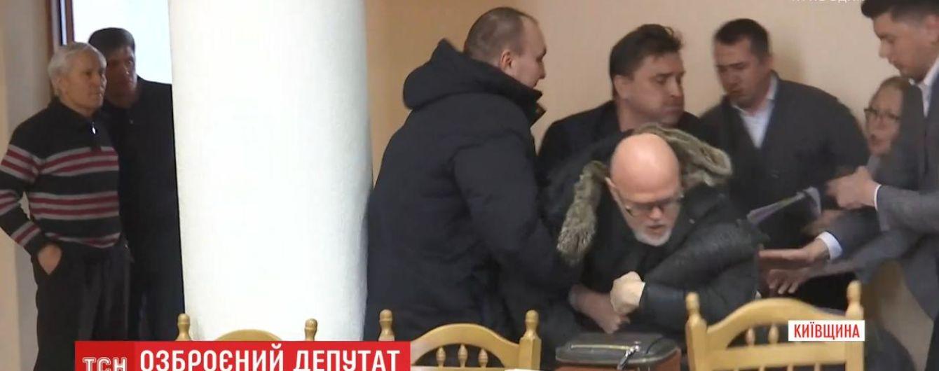 На сессии Вышгородского городского совета подрались депутат и местный предприниматель