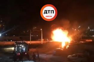 На столичной Троещине горит здание возле автостоянки, слышны взрывы - СМИ