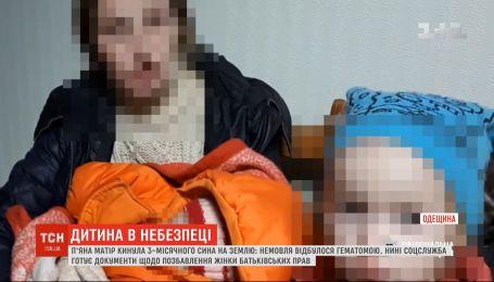 Многодетная мать изо всех сил бросила 3-месячного сына на землю во время ссоры с мужем