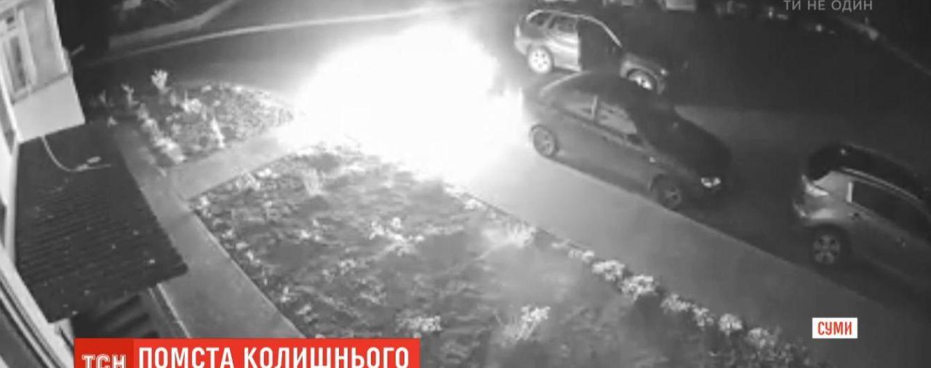 В Сумах мужчина отомстил бывшей жене и поджег ее авто