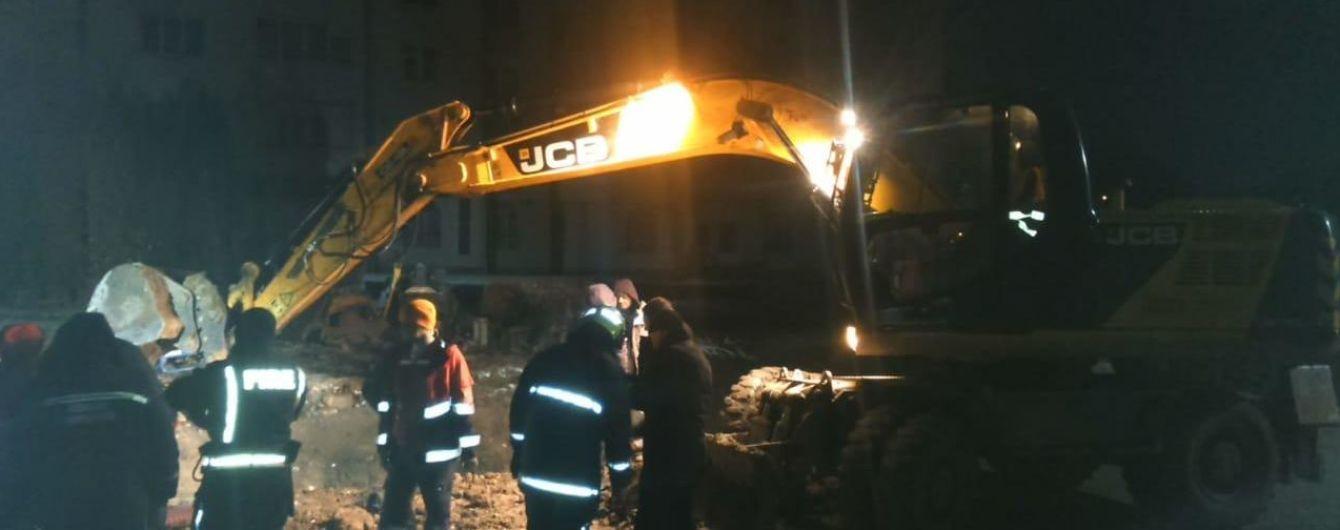 В Тернополе двух строителей завалило землей во время рытья траншеи