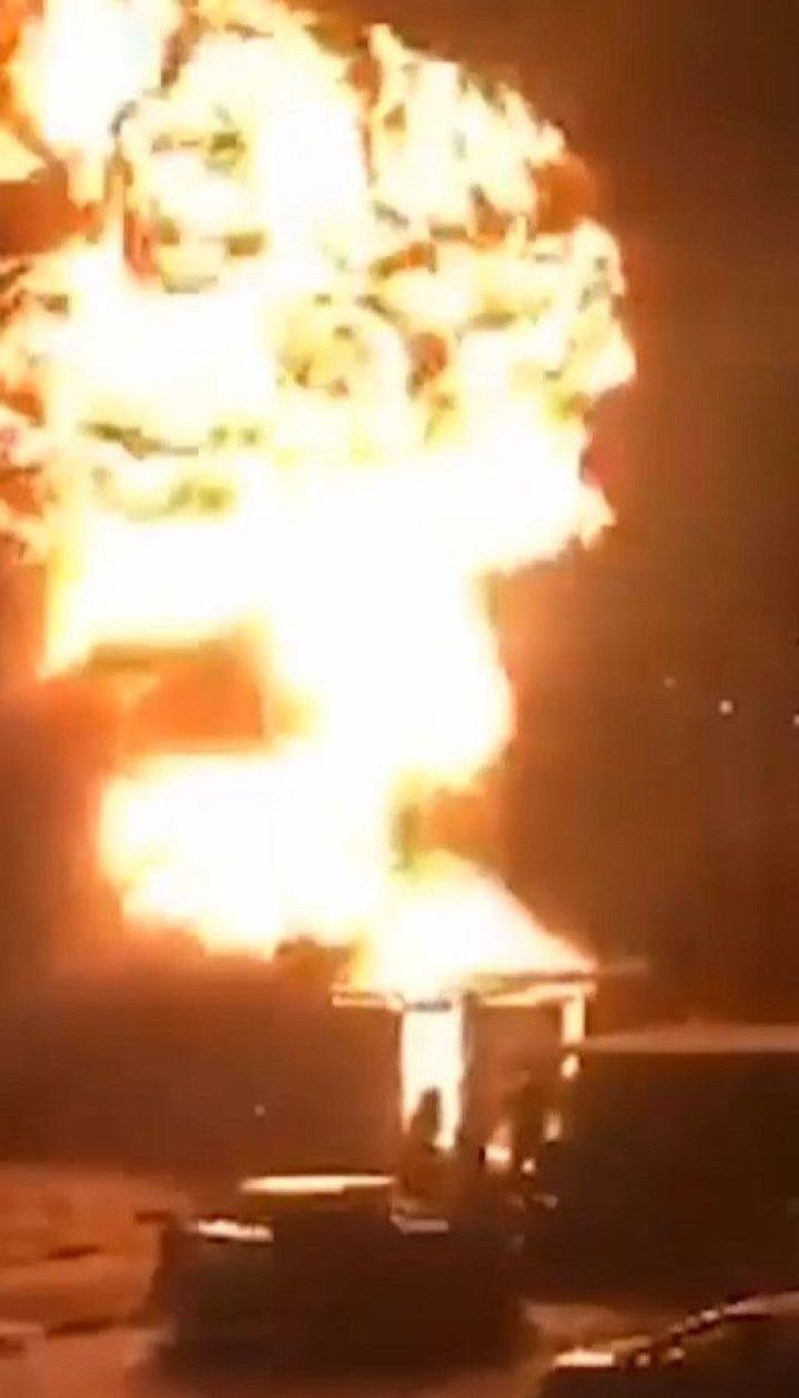 Пожежа сталась на столичній станції техобслуговування: постраждав рятувальник