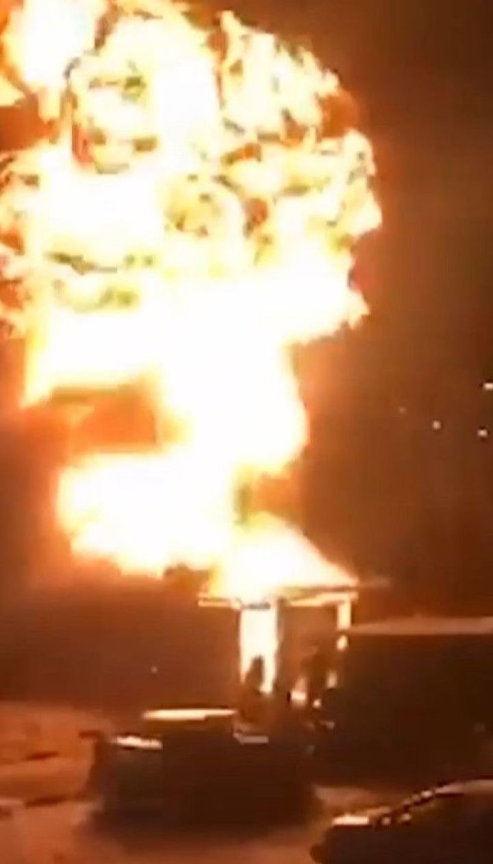 Пожар произошел на столичной станции техобслуживания: пострадал спасатель