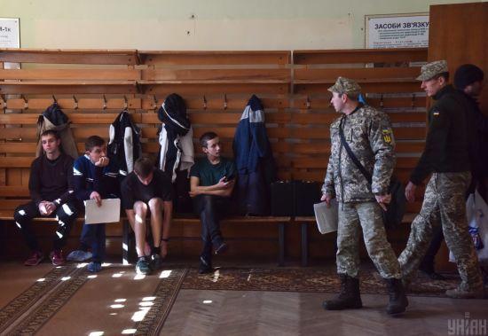 Призов до армії раніше вступу до ВНЗ: абітурієнтам почали вручати повістки до армії