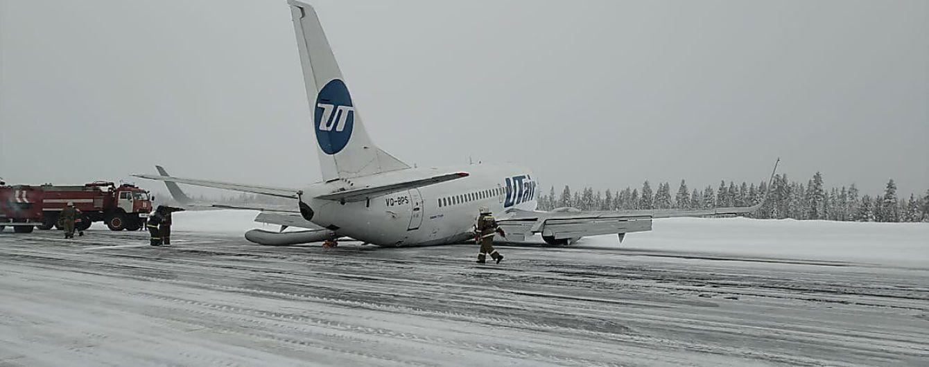 Пассажир снял на видео жесткую посадку самолета и эвакуацию в России