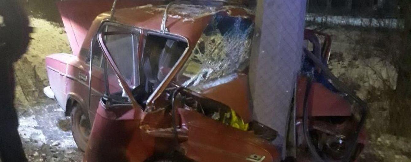 В Харькове произошло смертельное ДТП: водитель легковушки врезался в столб