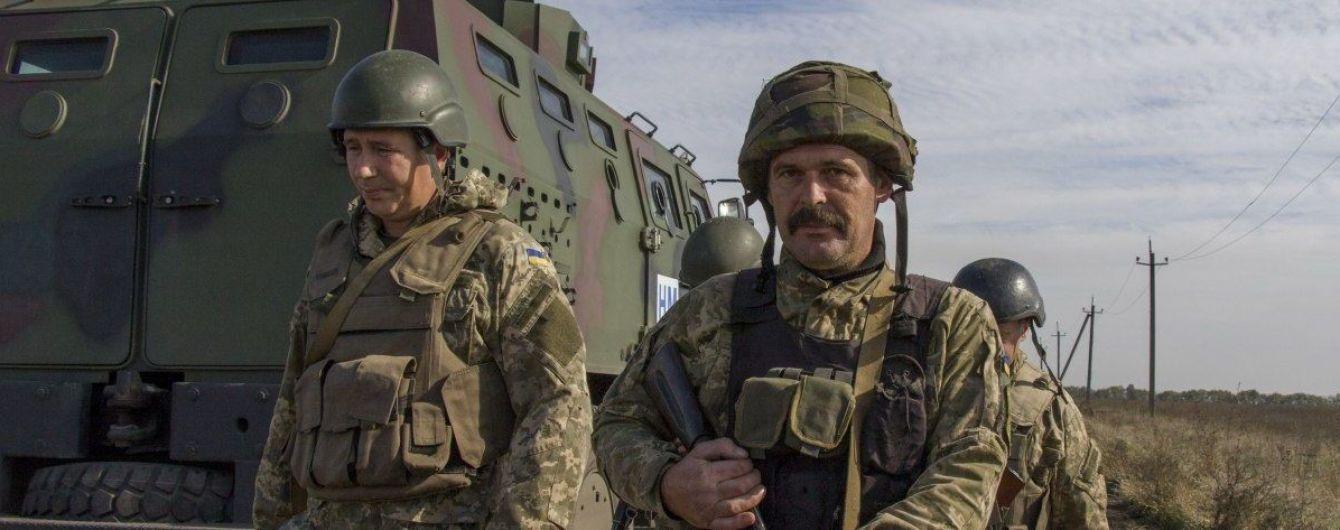 Внаслідок масових обстрілів на Донбасі загинув український військовий, ще двоє поранені