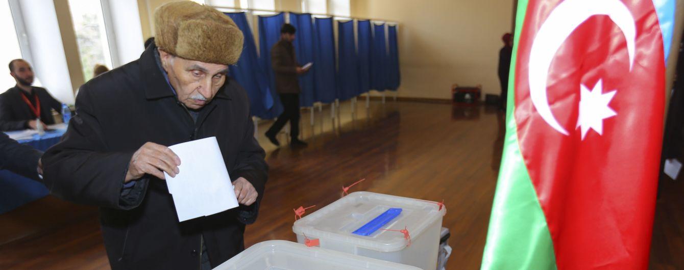 На парламентських виборах в Азербайджані лідирує партія чинного президента - результати екзитполів