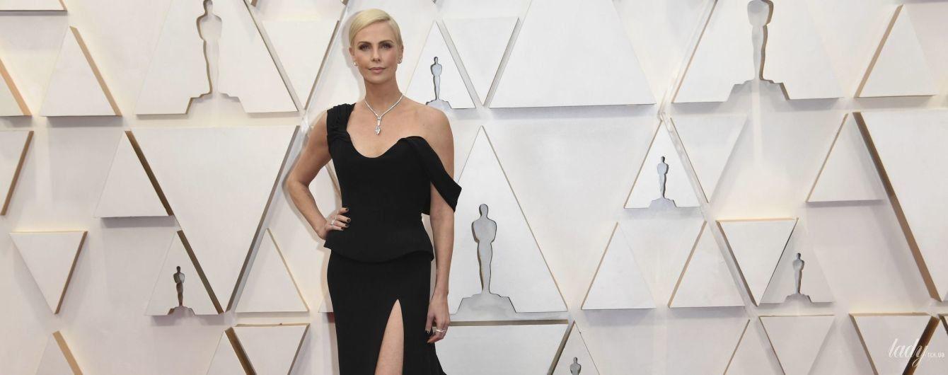 """Не зрадила себе: Шарліз Терон вийшла на доріжку """"Оскара"""" в сукні Dior з голою спиною"""