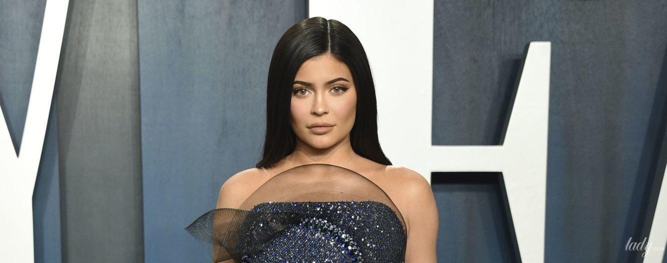 С акцентом на сексуальных формах: Кайли Дженнер в блестящем платье позировала на послеоскаровской афтепати