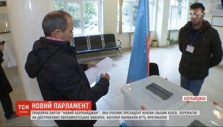 На досрочных парламентских выборах в Азербайджане побеждает правящая партия