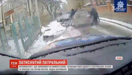 Во Львове водитель зажал полицейскому руку стеклом и потянул за машиной
