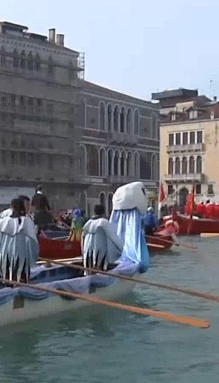 Тисячі людей зібралися у Венеції, аби подивитися на парад гондол