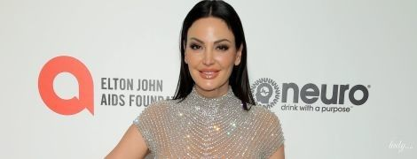 """Блиснула пишними грудьми: 40-річна албанська співачка у """"голій"""" сукні позувала на вечірці Елтона Джона"""